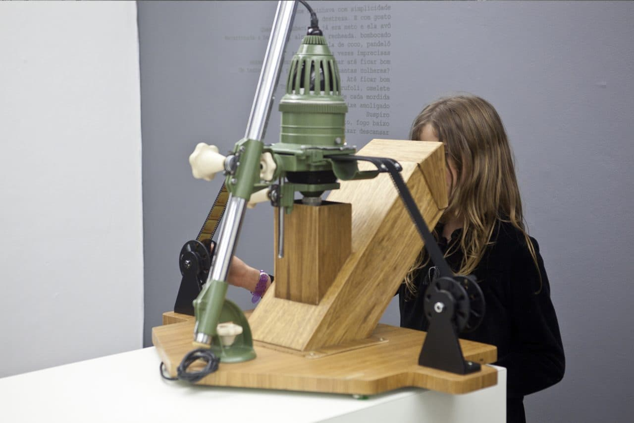 Episódios, 2011, 80x80x65cm, 35mm film, photo enlarger, cranks, mirror, scrubbed glass, wood